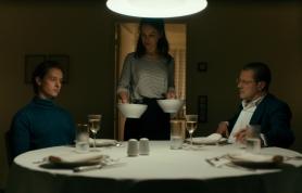 Ellie (Paula Beer) mit ihrem Ehemann Kurt (Tom Schilling) und ihrem Vater Professor Carl Seeband (Sebastian Koch)