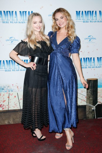 Amanda Seyfried und Lily James bei der Bühnenpräsentation im Passage Kino MAMMA MIA! HERE WE GO AGAIN in Hamburg am 12.07.2018 © UNIVERSAL / Andre Mischke