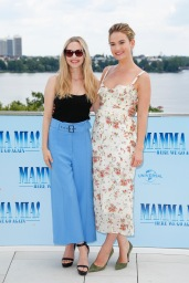 Amanda Seyfried und Lily James Photocall MAMMA MIA! HERE WE GO AGAIN in Hamburg am 12.07.2018 © UNIVERSAL / Andre Mischke